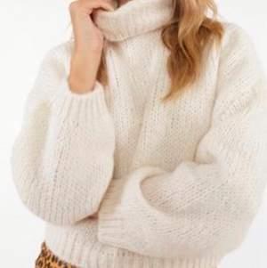 Jätte snygg och mysig vit stickad tröja. Perfect nu när det närmar sig höst !🤪