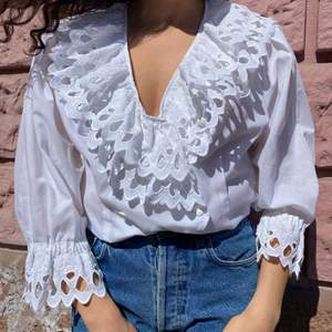 Shipping from Norway.                                                  🕊Vintage blouse with a gorgeous double leave collar and puff sleeves. Slim fit. Perfect vintage condition✨ Fabric: Feels like a cotton Tag: 40 Fit: M-XL 40cm Shoulder to shoulder 112cm Chest 100cm Waist 55cm Length