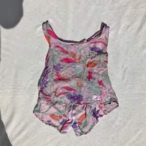 Vintage meshtopp med bröstficka fram. Knäppning i ryggen. Behöver strykas men i fint skick! Passar XS/S Fint mönster! + frakt 15 kr 💫 Se även mina andra annonser, jag samfraktar gärna 💫