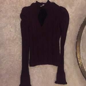 Vinröd och ribbad tröja från Zara med roset och lite puffiga axlar, använd en gång och i nyskick. Köpare betalar ev frakt, annars kan den hämtas i Stockholm.