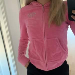 Jättefin rosa juicy couture kofta. Den har fint dryck fram och bak. Jättebra skick. Storlek M men de är små i storleken. Nypris 1000