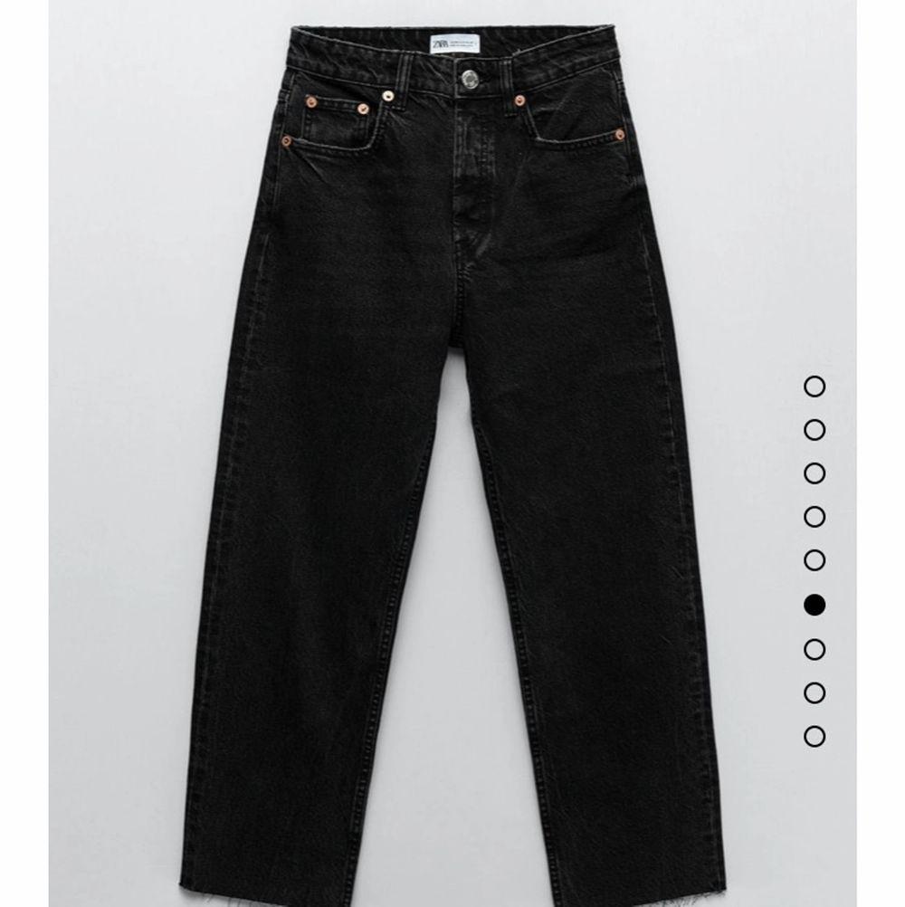 Säljer dessa svarta jeans från Zara. Nästan helt nya. Höga i midjan. Storlek 32❤️  . Jeans & Byxor.