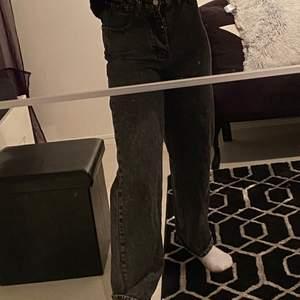 """Svarta jeans i lite """"urtvättad"""" färg från Shein!                                                                 Använda 2 gånger, lite krångel med att stänga dragkedjan men går dock hur bra som helst att stänga när man inte har på sig dem.                                                           Storlek XS, perfekt längd för mig (är 164)        Köparen står för frakten (kan ej mötas upp pga Corona)                                                    Hör av dig om du har någon fråga💕"""