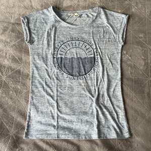 Väldigt mjuk och skön T-shirt från Bizzbee.