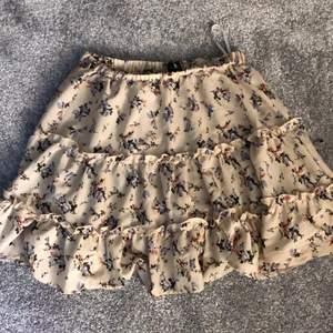 Säljer nu denna söta kjol från shein i storlek S. Den sitter  väldigt bra men är lite för kort för min smak. Köpt för 150kr men säljer för 70kr+ frakt. Har tyvärr inte använt den alls mycket.