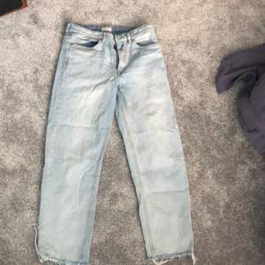 Säljer dessa snygga mom jeans med slits längst ner. Dom är köpta från lindex och är i storlek 38 men skulle säga att den mer är 36-38. Dom är rätt korta så skulle tipsa dessa byxor till dig som är mellan 160-165 om dom ska sitta snyggt. Köptes för 299kr men säljer dessa för 100kr+ frakt men kan även mötas upp.