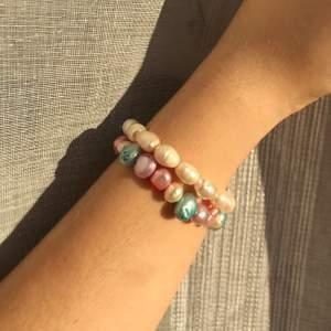 «matin d'été» 119kr ink frakt 🥥   ett handgjort sötvattenspärl-armband i vit, blå, lila och rosa 🦋  enkelt, lyxigt och såå fina färger 🐚