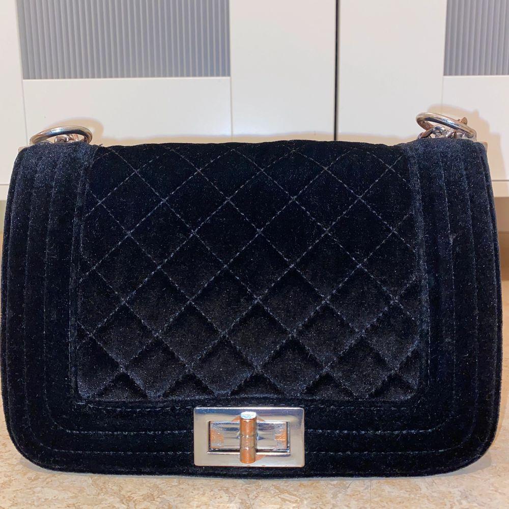 Svart velvet axelväska fån Ur & Penn , haft i två år. Köparen står för frakten:). Väskor.