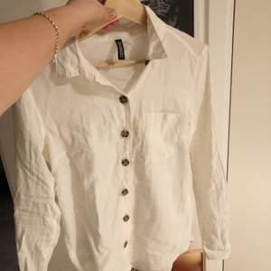 Knappt använd skjorta i storlek 32 ( som en xs) fräscht i vår och sommar! 100kr med frakt