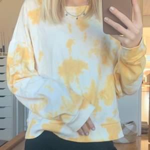 En jättefin tröja som tyvärr aldrig kommit till användning, den är i storlek L men sitter bra på mig som är XS bara att den blir lite mer oversized💛köparen står för frakten!
