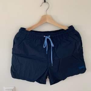 Ett par ganska nya badshorts med fickor både fram och bak och smidiga när man är ute och badar.