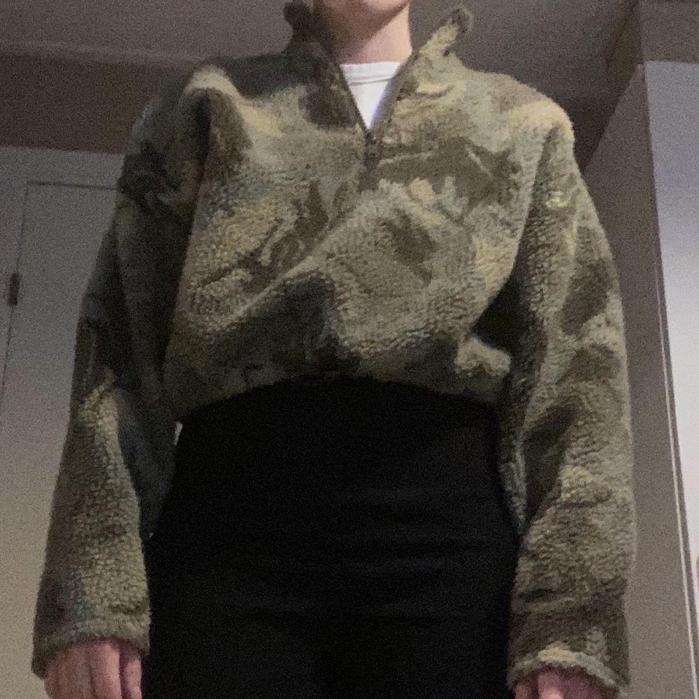 Grön cropped fleece tröja från Urban Outfitters. Fint skick. Tröjor & Koftor.