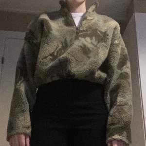Grön cropped fleece tröja från Urban Outfitters. Fint skick