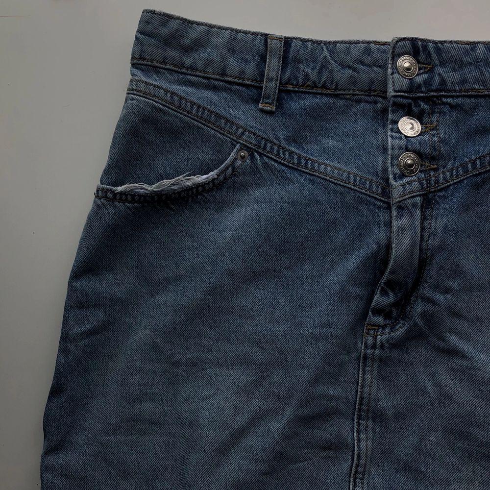 Snygg jeansskjol i denim från Gina Tricot🤎 Säljer pga ej passar mig längre. Storlek 40. Använd fåtal gånger och därmed i bra skick. Detaljer i form av slitningar på fickorna. Färgen är lite ljusare än på bilden🤎 . Kjolar.