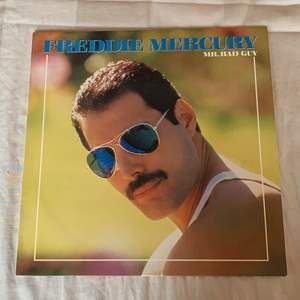Säljer denna soloskiva av Freddie Mercury i gott skick. Perfekt för Freddie-fantaster 🥰