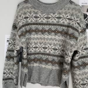 Sparsamt använd tröja, supermysigt material, håller en varm! Trendig nu med sina bruna detaljer.  150+frakt och kan skicka postbevis!😇 Pris diskuterbart.