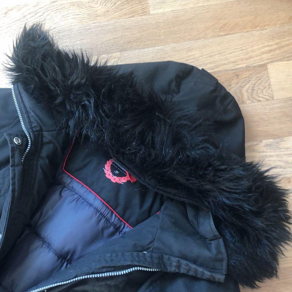 Super fin vinterjacka med svart päls, andvänd endast i 1 månad . Jackor.