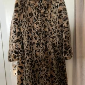 Sjukt fin kappa med knappar i fram från Zara. Storlek M. Kappan är i mycket fint skick och knappt använd.