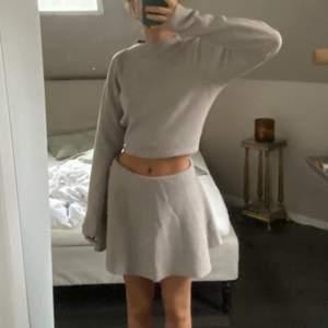 Köpt second hand, skulle säga att de är lite stort i storleken då jag vikt upp kjolen lite! Beror också på vilken längd man vill ha. Aldrig använd av mig, vet inte med tidigare ägare!