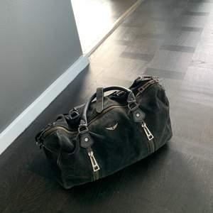 INTRESSEKOLL på min supersnygga Zadig sunny bag i svart mocka, osäker på vilken modell/storlek. Ge bra bud!