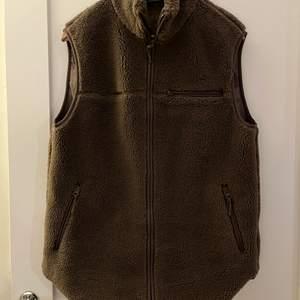 Relaxed pile zip vest från stories, storlek xs, nästan helt ny, använd enstaka gånger. 700kr inkl frakt!
