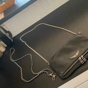 En jätte snygg Zadig Voltaire väska köpt här på Plick men har inte så många slitningar super fin och bra och matcha med köptes för 2300!🧚♀️ 💕  är öppen för förslag av byten🧚♀️💓