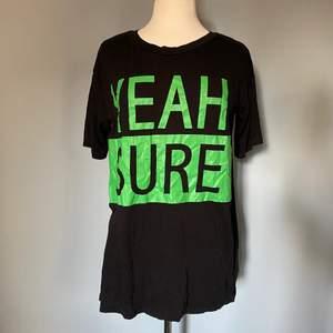 """Oversized t-shirt med tryck """"YEAH SURE"""" på framsidan. Passar alla beroende på önskad look. Spana gärna in mina andra annonser för samfrakt!"""