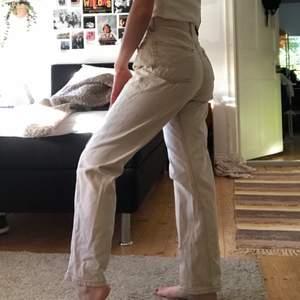 Ljusbeiga/vita jeans, har använt en del men fortfarande i fint skick