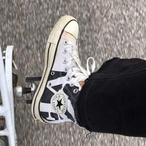 Limited edition converse!! Ascoola svart vita! De har bara stått i förrådet i typ ett år nästan alldrig använda! Checka min profil för andra converse i olika storlekar! Först till kvarn!!💕💕😙