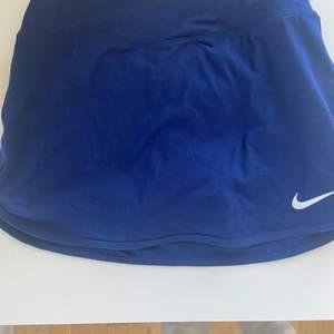Blå tenniskjol från Nike