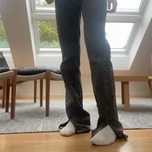 Gråa Jeans i storlek 36 från Pullandbear med slits. Inte så använda men sitter så snyggt och är jättesköna!!