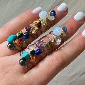 Ringar av äkta kristaller: Rosenkvarts, Bergskristall, Tigereye, Lapis lazuli, Jade,Karneol, Ametist, Opal, Sodalite, Malachite, Unakite och Hematit (alla finns kvar ). Ringarna finns i guld och silver. Vid köp av 5 eller fler ringar får du en extra ring på köpet (du väljer ring).  Ringarna finns i XS/S och M/L. Ringarna kostar 20kr/st och frakten är 12kr oavsett hur många man köper! OBS: eftersom det är stenar/kristaller ser alla stenar olika ut vissa är större, vissa mindre osv❤️