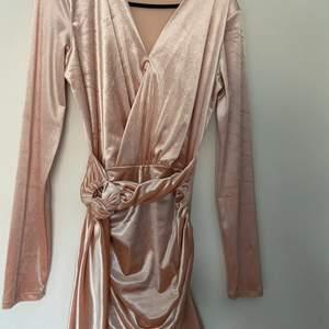 Rosa festklänning V ringad. Jag själv har fått sy ihop den för den var för V ringad men det går att fixa:)))