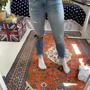 Säljer dessa unika jeans från Zara! Storlek 34 men passar mig som brukar bära 36/38! Supersköna och somriga 💘 De har broderad text på benen och på baksidan 🤩