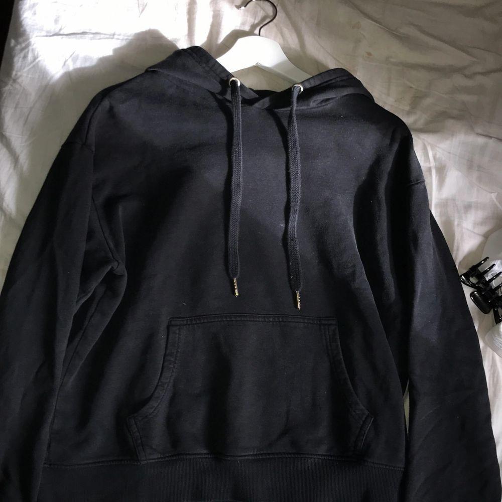 Säljer en vanlig svart hoodie, den är lite gråare i färgen annars jättebra skick!!👍🤍. Huvtröjor & Träningströjor.