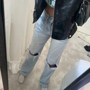 helt nya skitsnygga ljusblå jeans från ginatricot endast använda två gånger. Storlek 32. Original pris 600kr, säljer för 350-400kr ( beroende på frakt). Jag är 164