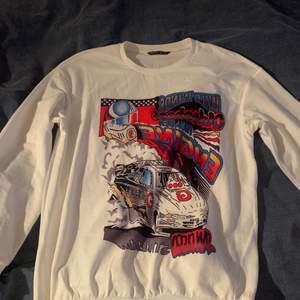 Sweatshirt köpt från shein, ganska tunt material. Väldigt bra skick! Storlek S/M, nypris 170kr