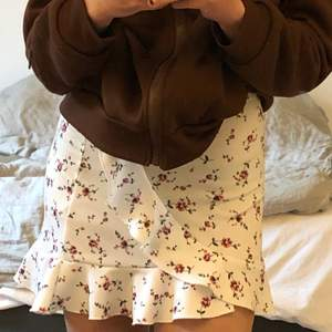 Säljer min kjol som jag köpte från Nelly förra sommaren. Den är i bra skick och säljer pga att den är för liten för mig. Kom privat för fler bilder!💓
