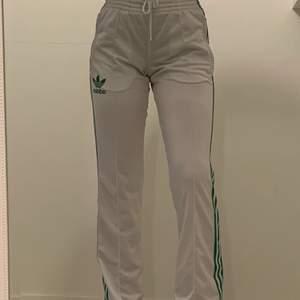 Säljer mina vita adidas mjukisbyxor i storlek s. Dom har gröna deltaljer. Är i väldigt bra skick och använda fåtal gånger. Pyttelite genomskinliga men med rätt underkläder så syns det inte.