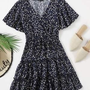 Mönstrad klänning med volanger och superfina armar! Köpt på Plick, inte riktigt mina färger tyvärr! Köparen står för frakten💗💗