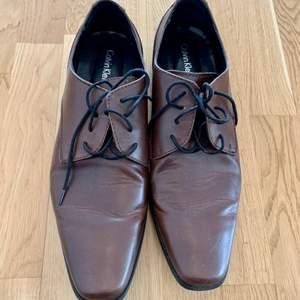 Kostymskor Calvin Klein storlek 45 (11m), finskor passar bra till kostym, knappt använda skor.