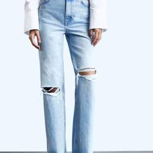 Säljer mina fina jeans från Zara! Dom är i fint skick även fast dom är använda.                                                          Om det är flera som är intresserade så blir det budgivning annars säljer jag dom för 150kr + frakt.💕                       Egna bilder kan fås!