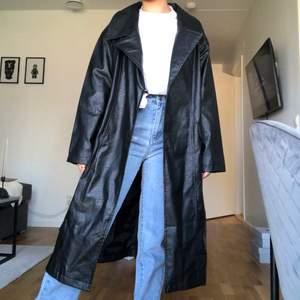 Helt oanvänd (lapp kvar) supersnygg läder/skinnjacka från Prettylittlething. Köpte denna i 36 för att få en mer oversized look, är normalt sett en 34. Budgivning om flera är intresserade. Köparen står för frakten!! 🥰