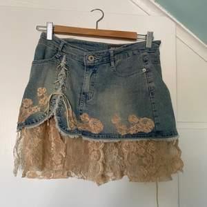 Den perfecta sommar fairy grunge kjolen 🧚🏻.                 kjolen är tyvärr för liten för mig med s-m men funkar även över jeans eller en längre kjol.                                              Köparen står för frakten 🧝🏻♀️