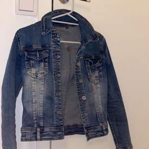 En vanlig blå jeans jacka i bra skick! Har använt 2 gånger, hör av dig vid intresse kan skicka fler bilder privat😊