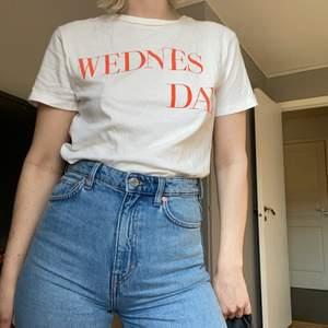 T-shirt från BikBok. Den är aldrig använd och i nyskick.  FRAKT ÄR INKLUDERAT I PRISET⚡️⚡️