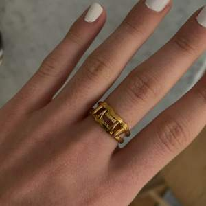 Säljer jaw upper ring och jaw lower ring i guldfärg från Maria nilsdotter. Storlek 17 mm☺️