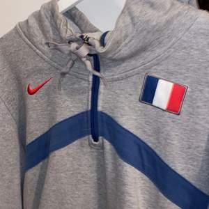 Vintage nike hoodie! stl XL, väldigt oversized men jätte snygg! säljer för att jag har fööör många hoodies:( om flera intresserade, buda! frakt tillkommer!
