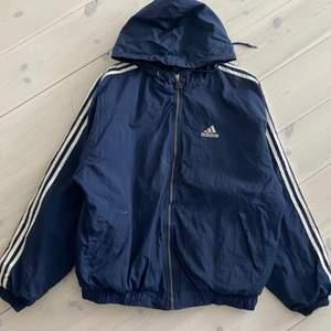 Najs 80 tal stil, smått baggy Adidas jacka perfekt till våren!