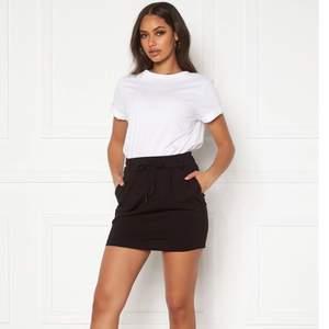 En super skön kjol i ett super skönt material. Perfekt till sommaren:) Köpare står för frakten💗 (kan även mötas upp)
